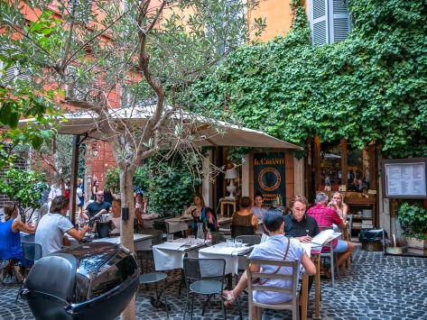 Outdoor seating at Il Chianti Vineria in Rome